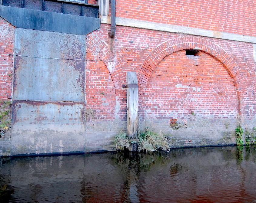 Hafenmauer im Hamburger Hafen