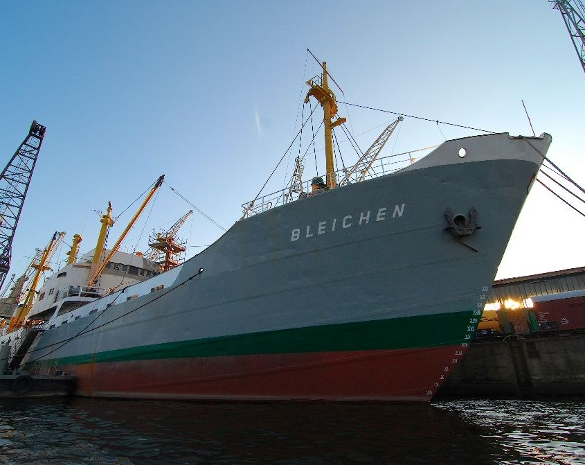 Frachtschiff Bleichen im Hamburger Hafen