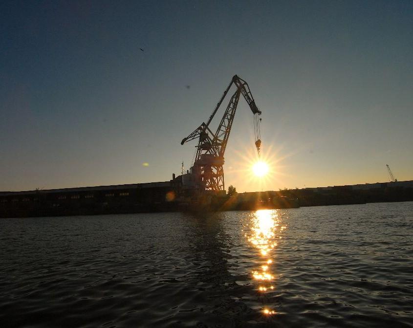 Sonnenaufgang elbe Hafenkran