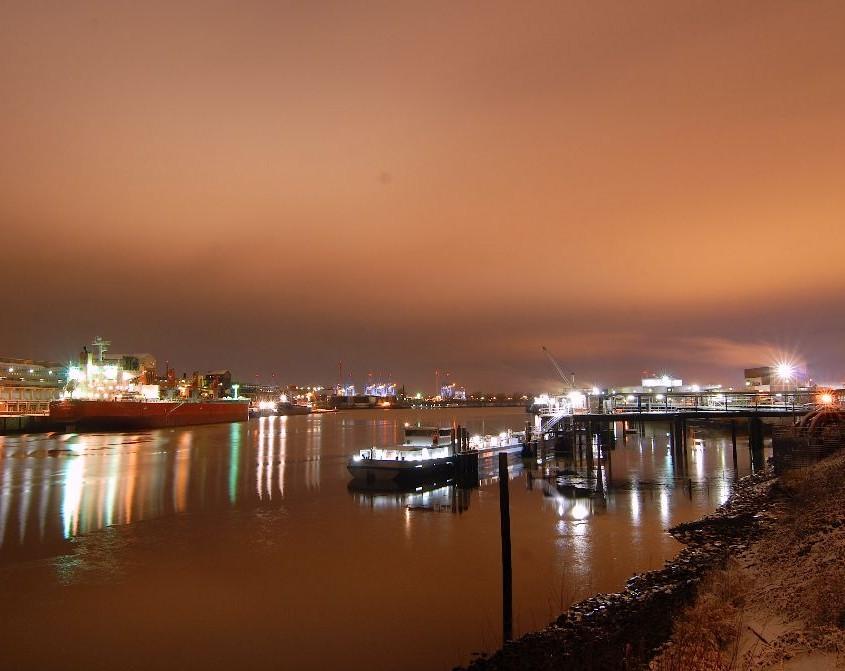 Hamburger Hafen Elbe bei Nacht