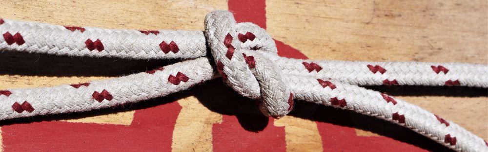 weißes Seil verknotet