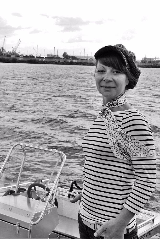 Mitarbeiterin Ines auf dem Aluminium Boot