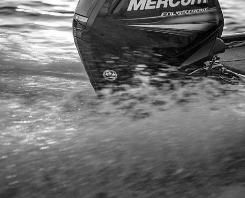 Mercury Marine fährt in Nahaufnahme auf dem Wasser